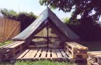 Surfen in Zarautz: Ein Tipi im Good People Surf Camp